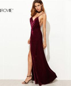 Tumepunasest sametist kleit